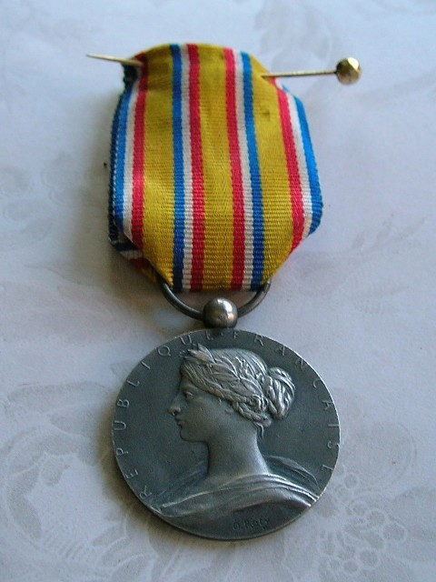 VINTAGE FRENCH MEDAL WITH WOMAN
